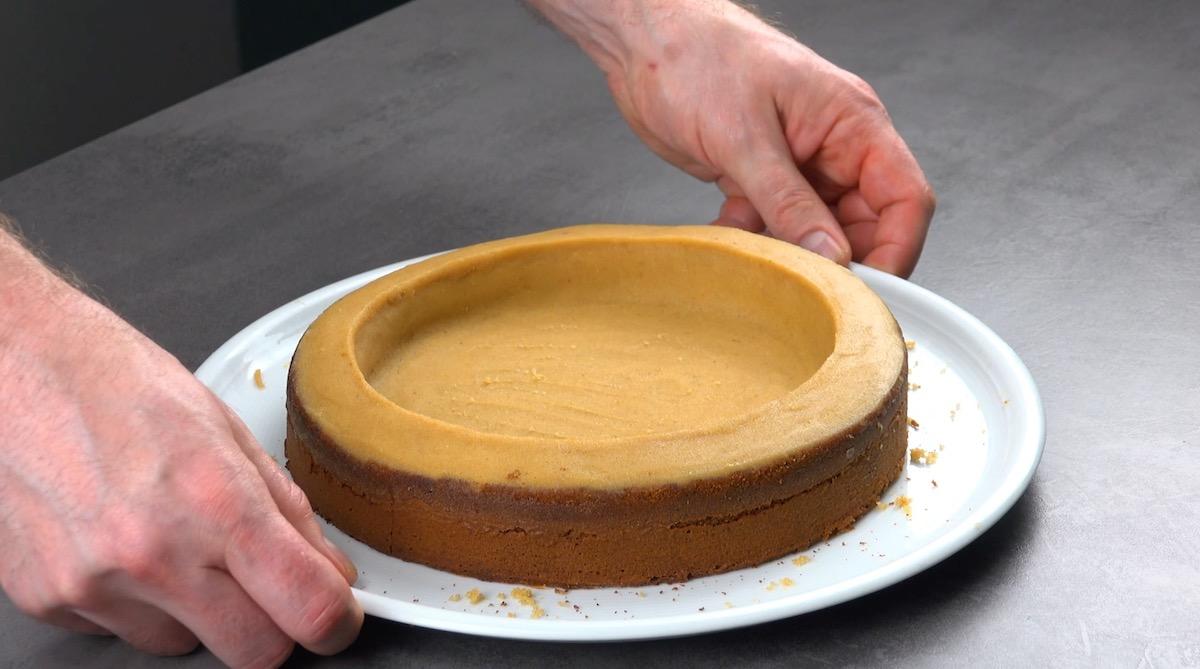 mélanger les reste de gâteau avec du beurre et recouvrir le gâteau avec