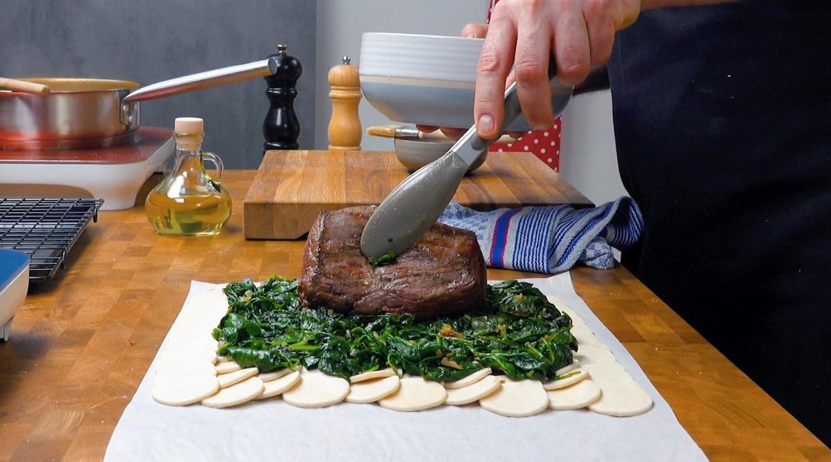 mettre le filet de bœuf sur les épinards