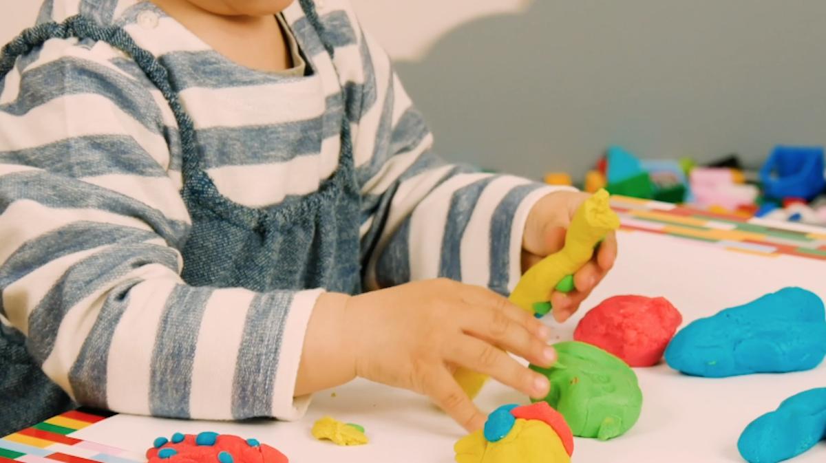 pâte à modeler de plusieurs couleurs et non toxique