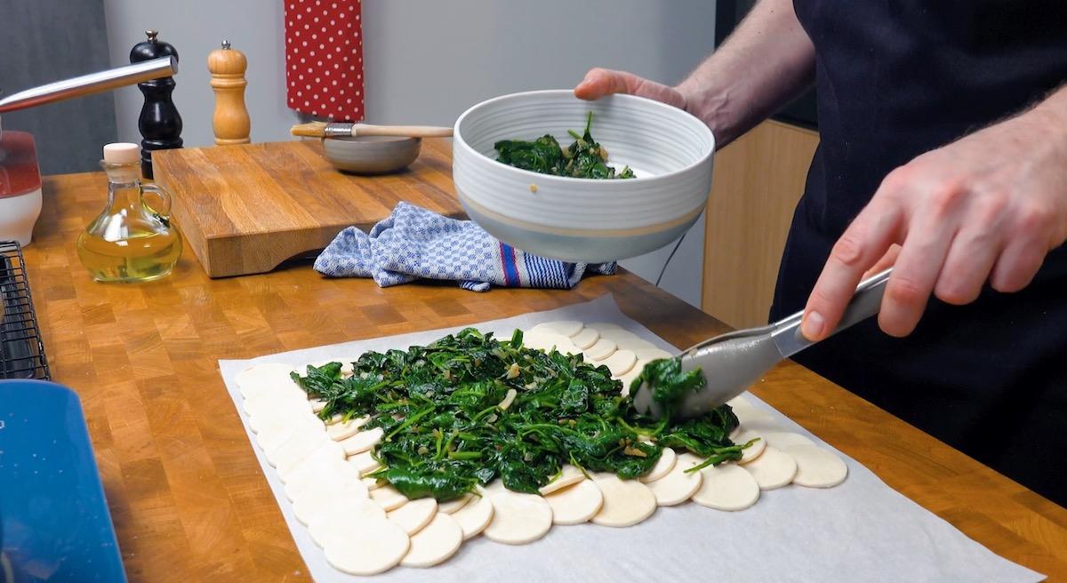 mettre les épinards sur la pâte