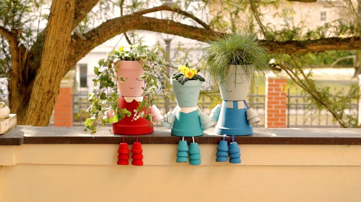 3 poupées fabriquées avec des petits pots de fleurs
