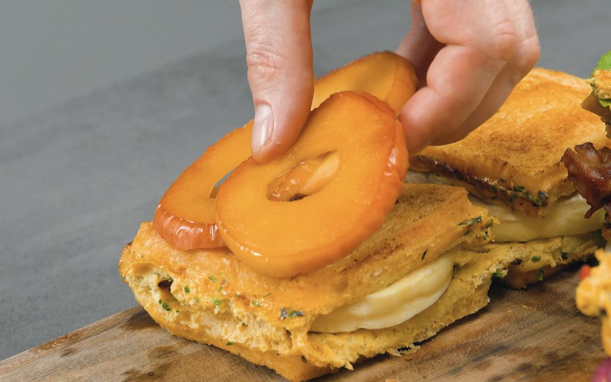 mettre des rondelles de pommes caramélisées sur un sandwich