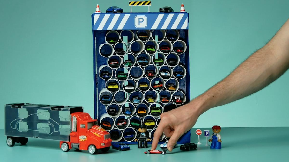 garage pour petites voitures fabriqué avec des rouleaux de papier toilette