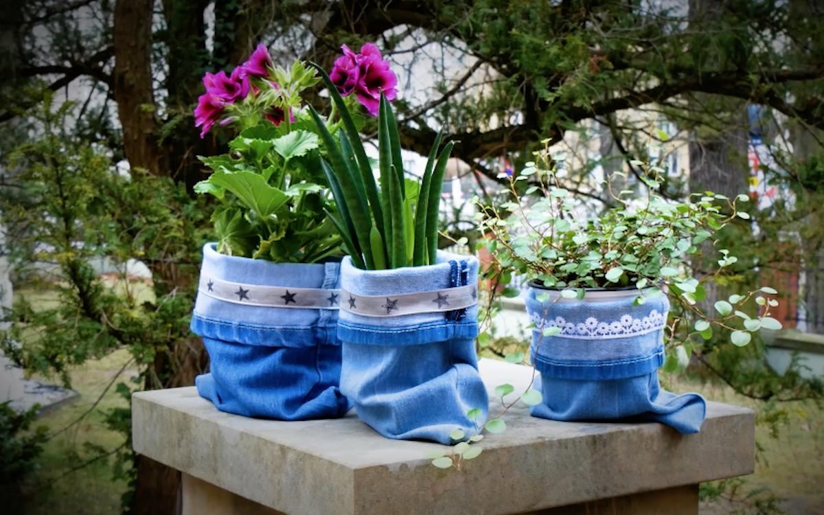 3 cache pots en jean avec des fleurs à l'intérieur