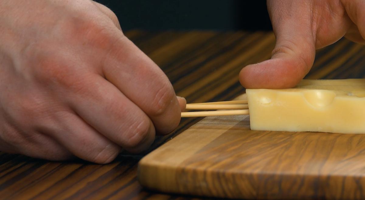 planter une brochette dans chaque morceau de fromage