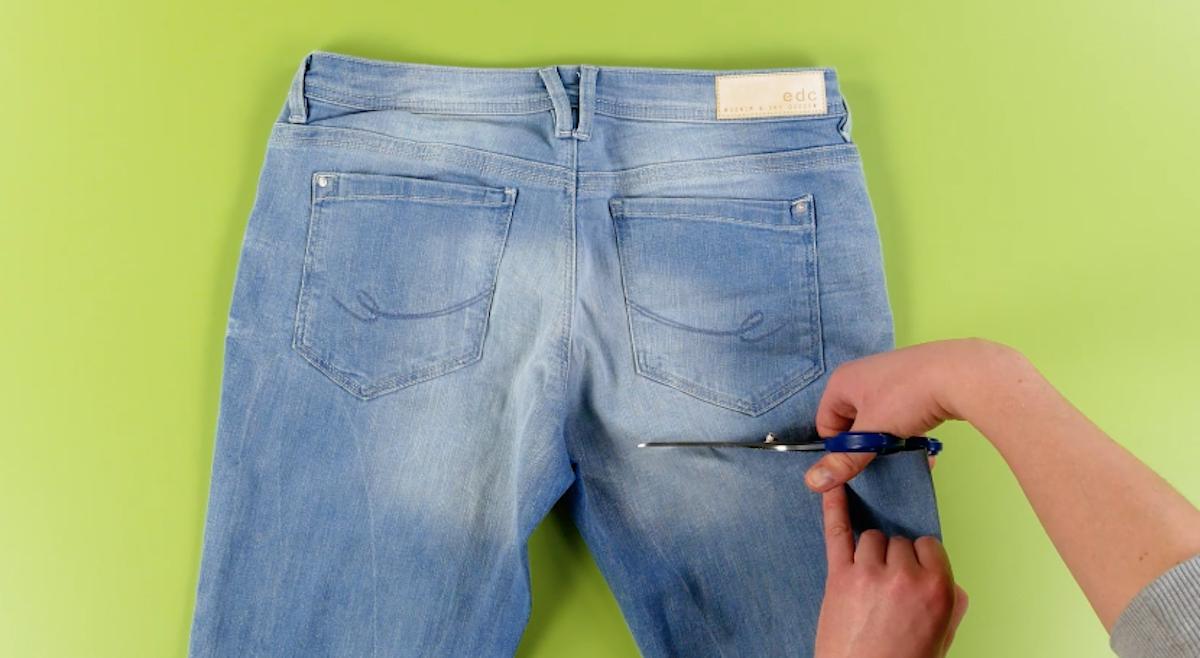couper un jean sous les poches arrières