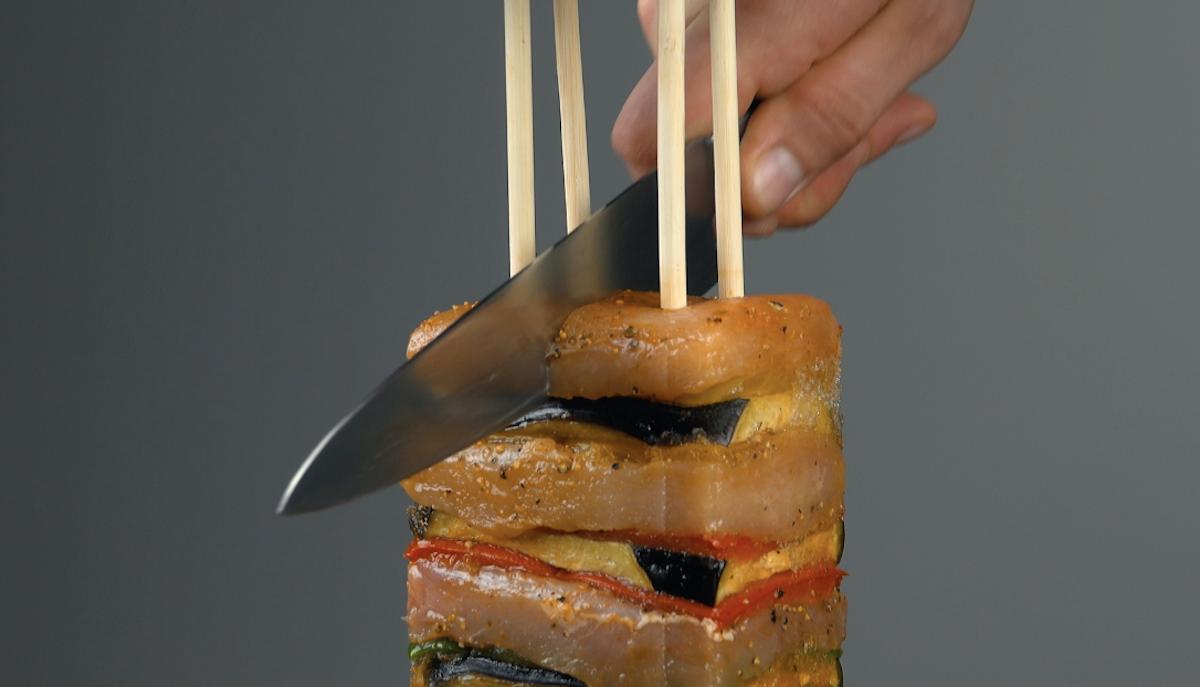 couper la viande et les légumes pour obtenir 4 brochettes