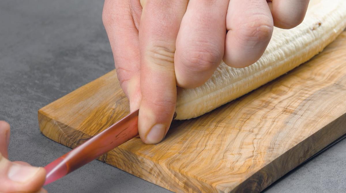 remplir la banane de nutella avec une paille