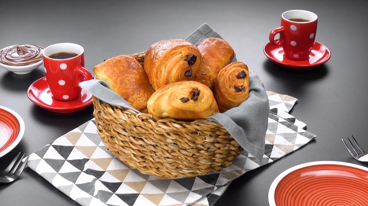 pains au chocolat dans un panier