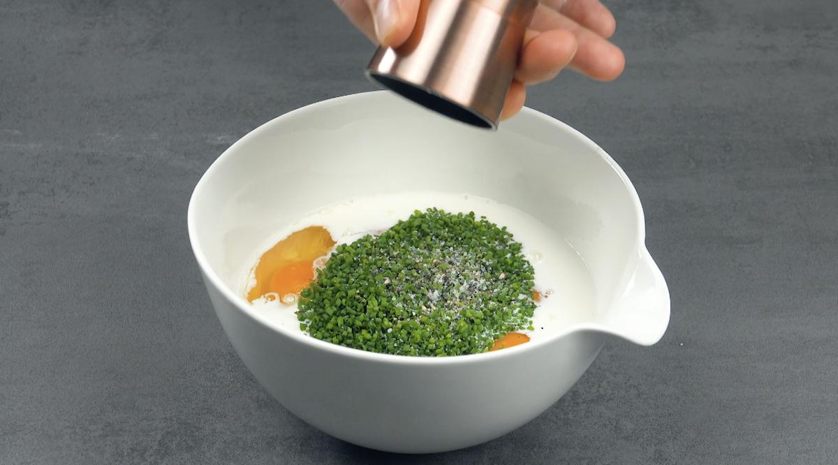 Mélanger les œufs avec le lait, le sel, le poivre et la ciboulette dans un bol