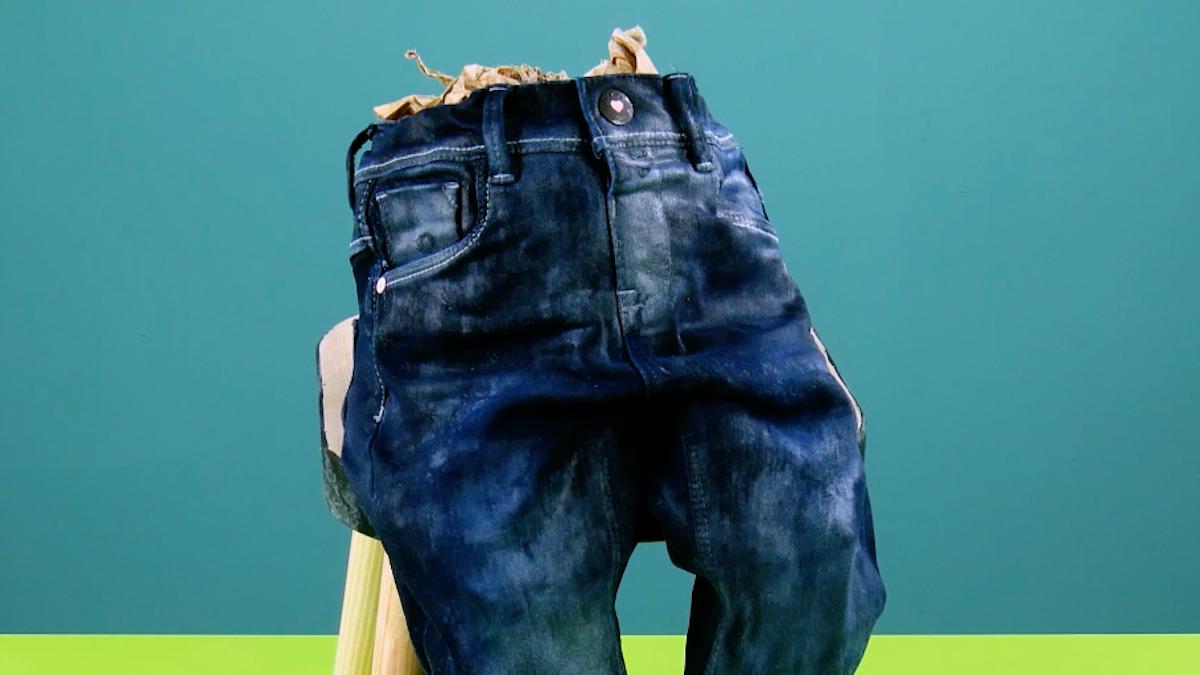 mettre le jean rembourré avec du papier en position assise sur un tabouret