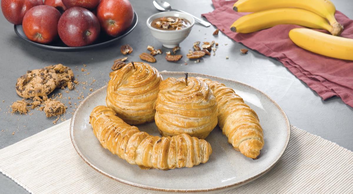 2 bananes et 2 pommes recouvertes de pâte feuilletée et cuites au four