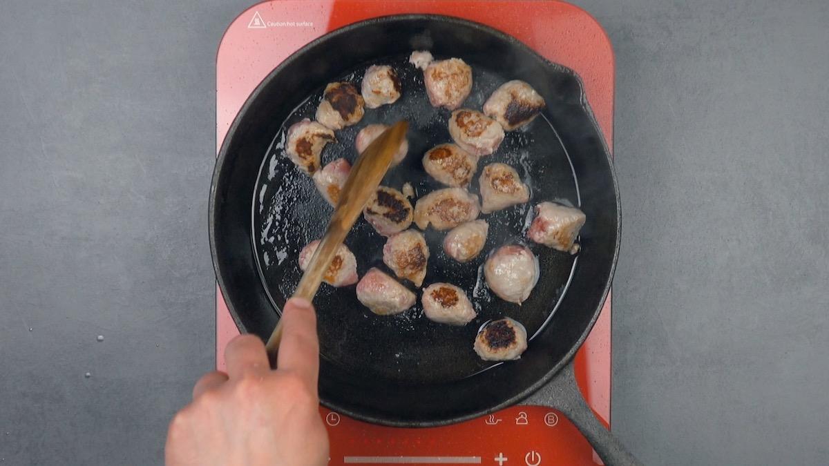 enlever la peau des saucisses et les faire revenir à la poêle