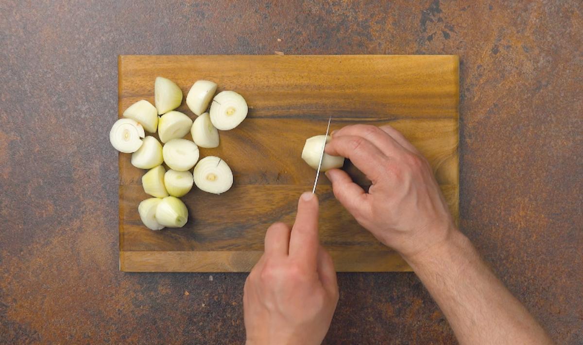 peler et couper les oignons en deux