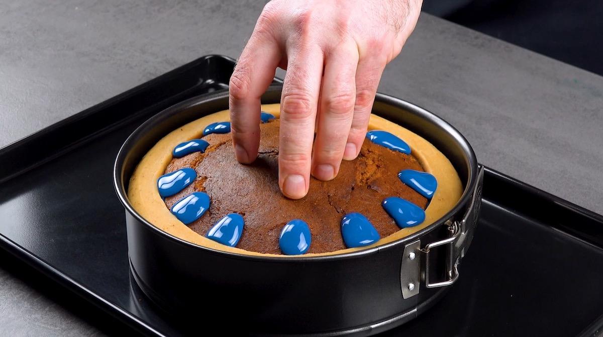 presser le haut du gâteau sur le glaçage