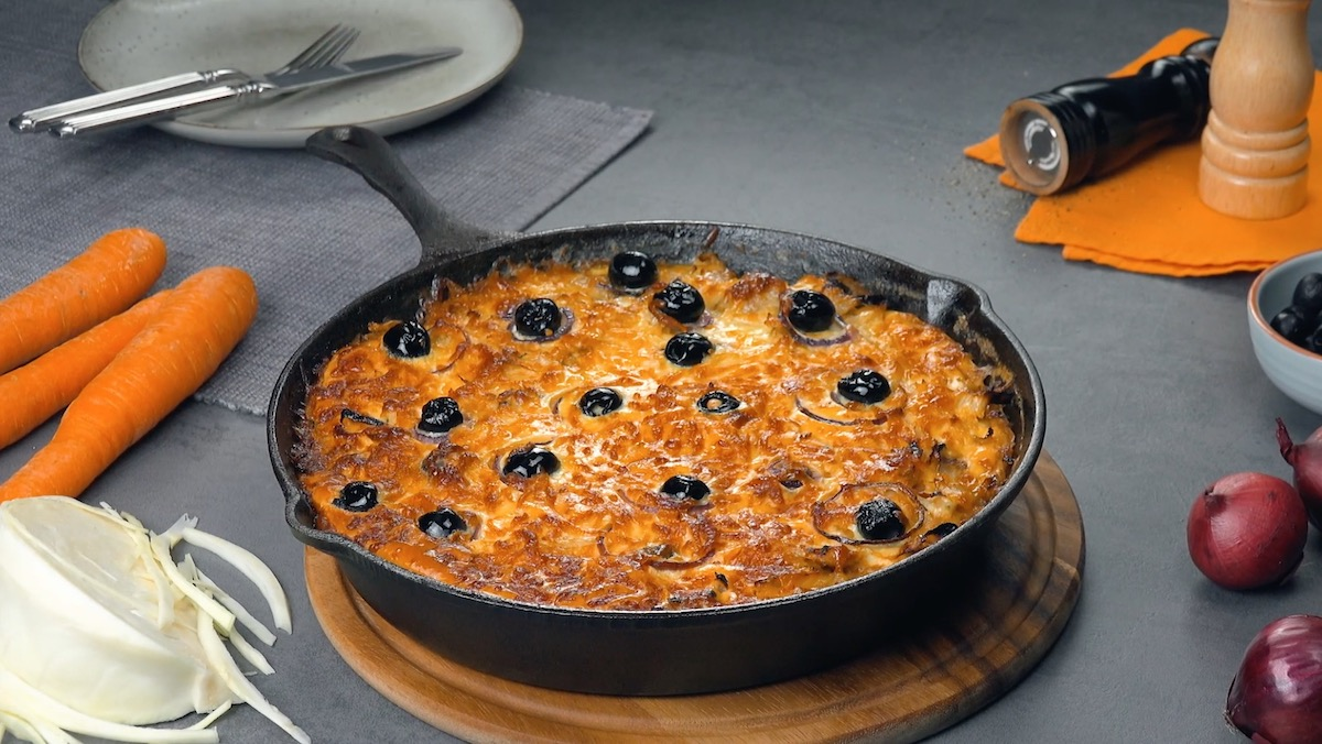 frittata cuite agrémentée d'olives et d'oignons