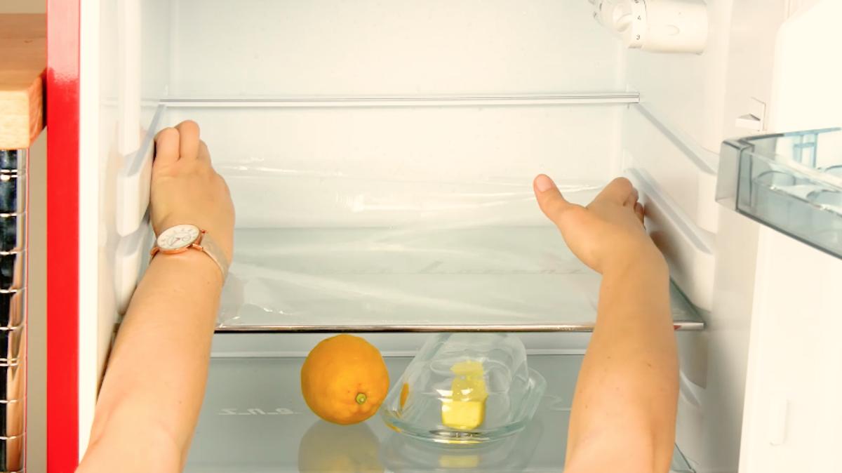 film alimentaire dans le réfrigérateur
