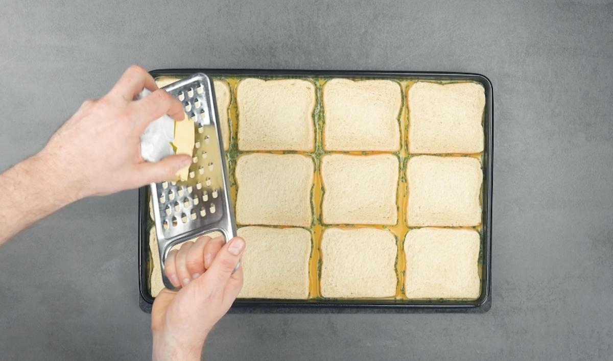mettre le mélange et 12 tranches de pain de mie sur une plaque à pâtisserie