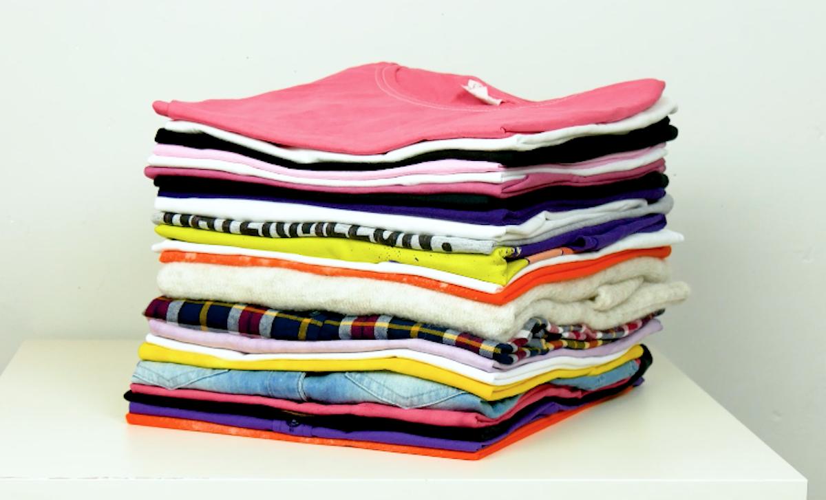 pile de t-shirts pliés