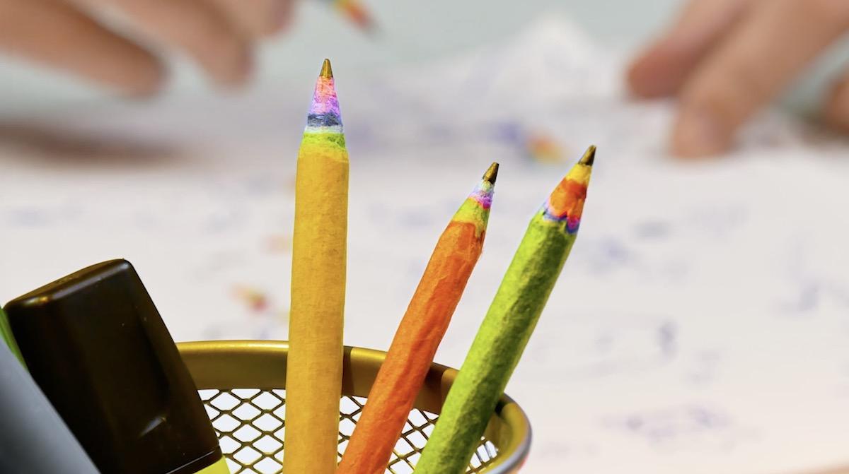 crayons avec motifs arc en ciel
