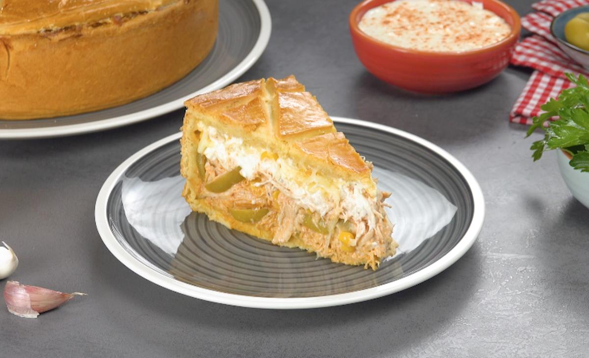 part de gâteau au poulet avec fromage frais, olives et maïs