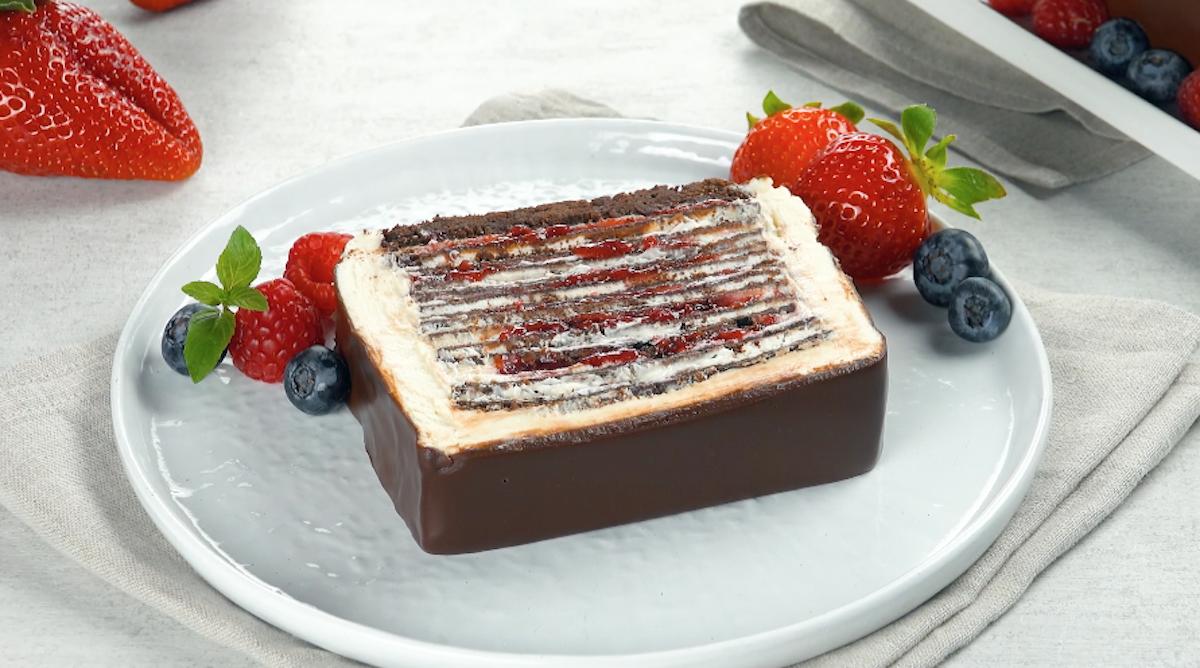 tranche de gâteau aux crêpes au chocolat