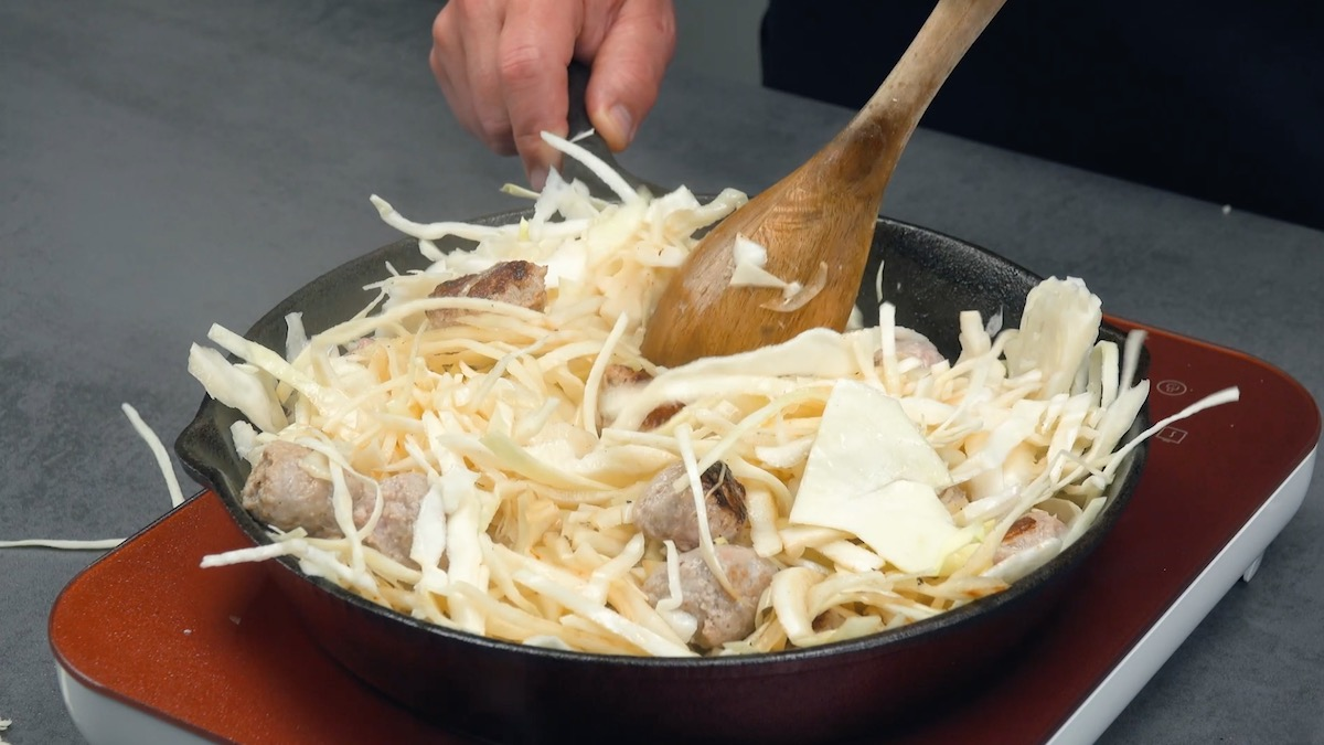 faire cuire le chou blanc dans la poêle avec les saucisses