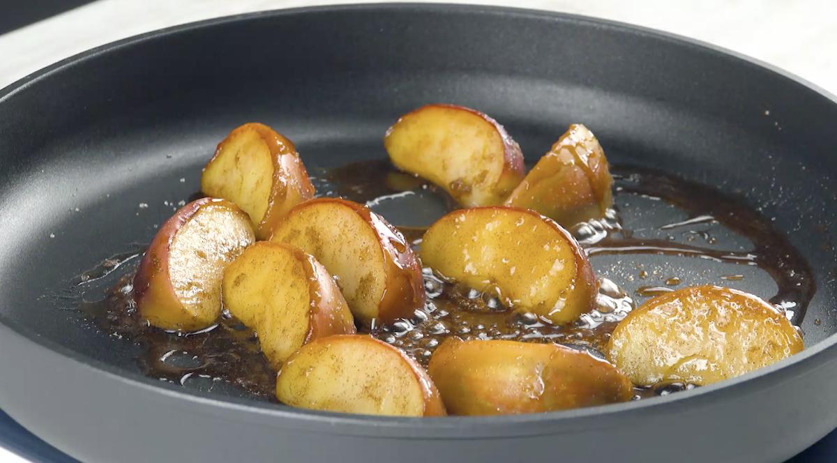 couper les pommes et les faire caraméliser dans une poêle