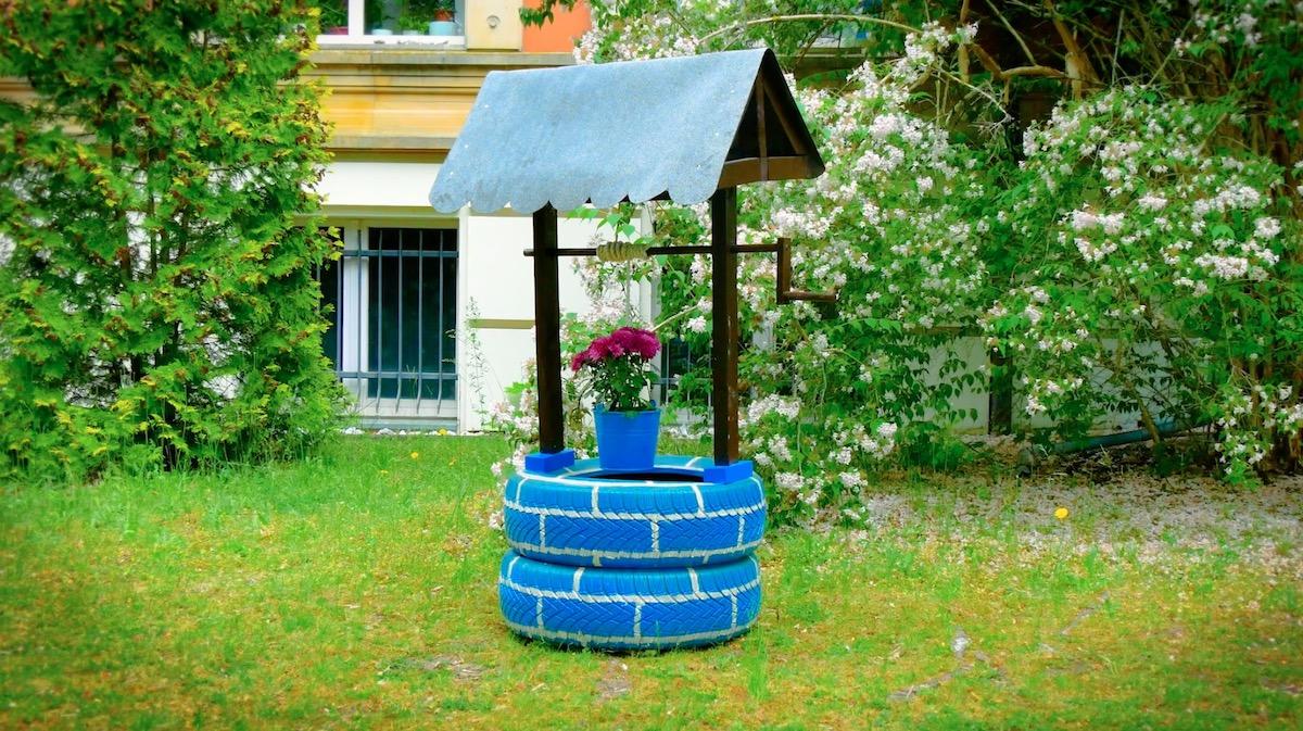 puits fait maison avec des pneus dans le jardin