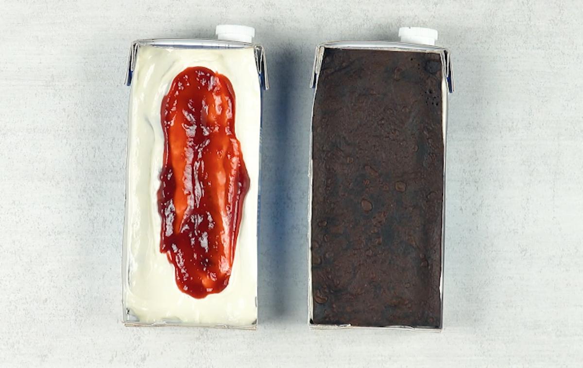 mettre la crème et la confiture dans la brique sans brownie