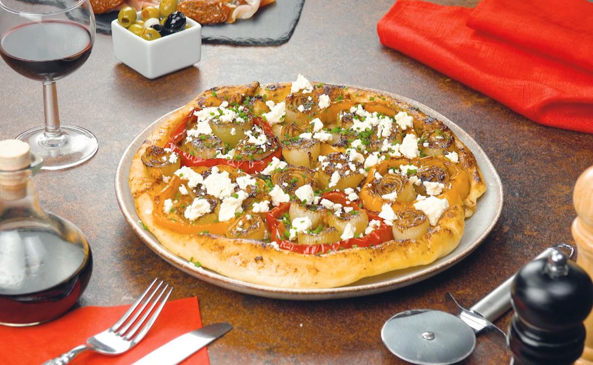 sortir la pizza du four, la retourner sur une assiette et agrémenter de feta et de ciboulette