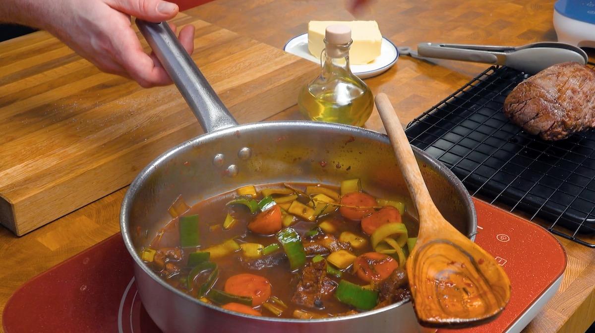 faire cuire le poireau et la carotte dans le jus de la viande