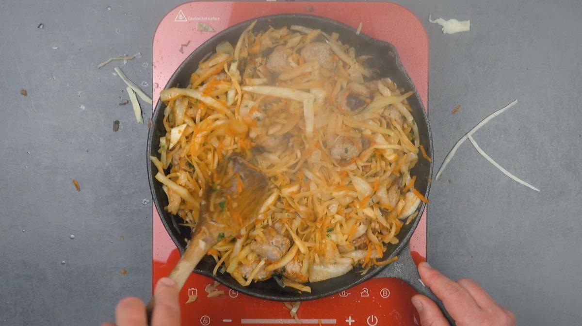 ajouter l'oignon et la carotte et assaisonner le tout