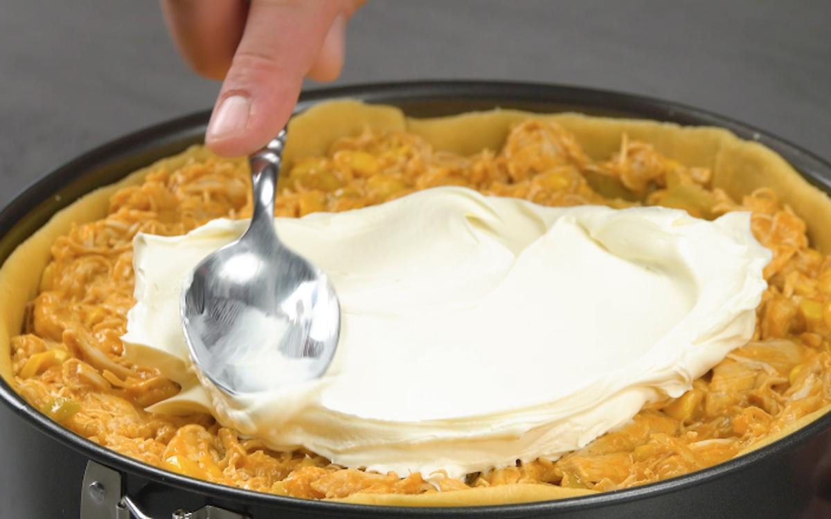 mettre le tout dans un moule et recouvrir de fromage frais