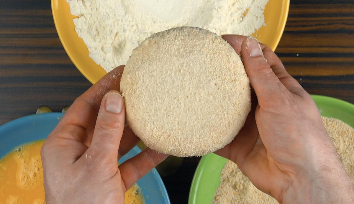 paner le fromage avec de la farine, de l'œuf et de la chapelure