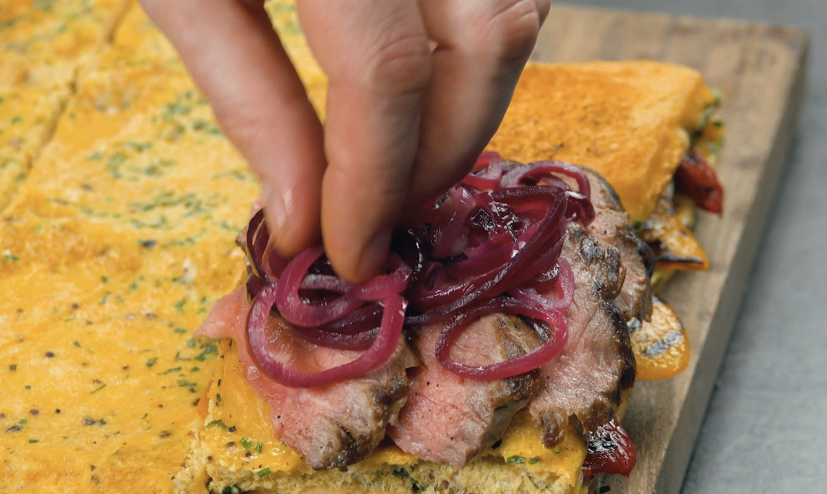 mettre sauce pour steak sur un sandwich avec le bœuf et les oignons