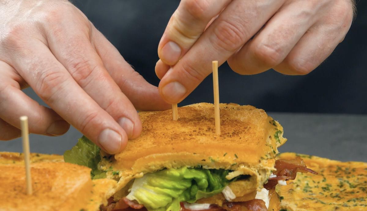 fixer le sandwich avec des brochettes