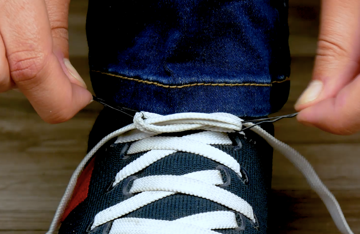 défaire un nœud avec 2 pinces à cheveux