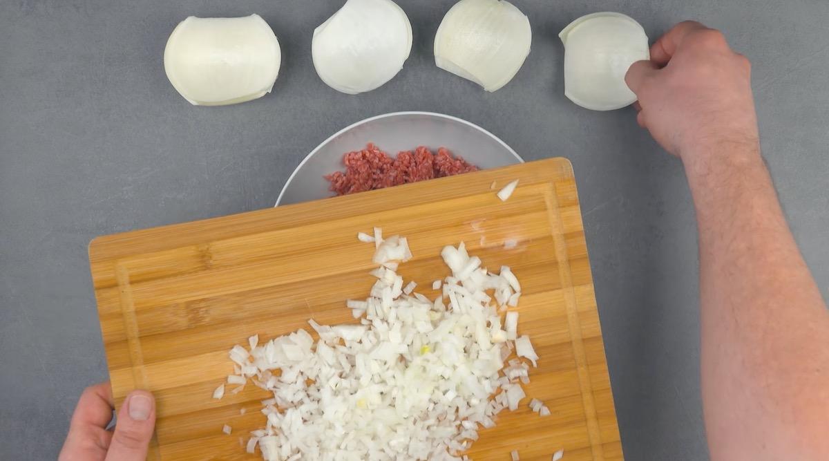 mettre les 2 couches extérieurs des oignons de côté et couper le reste en petits morceaux