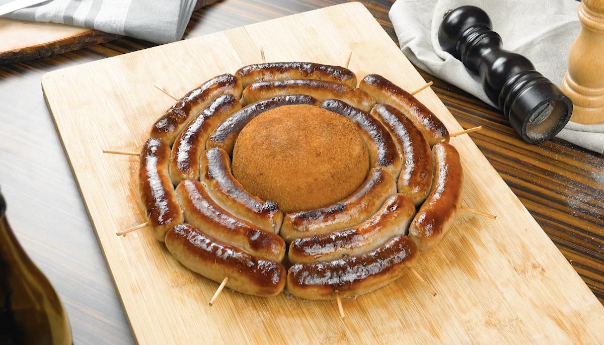saucisses grillées en cercle autour d'un fromage pané