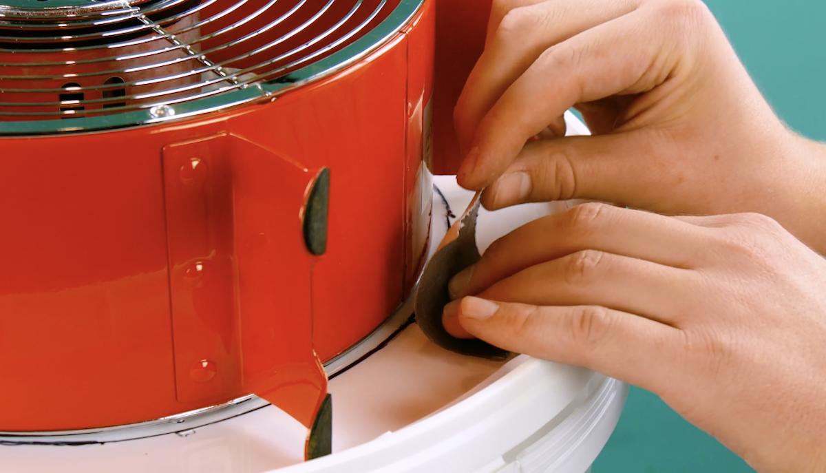 scotcher le ventilateur sur le couvercle