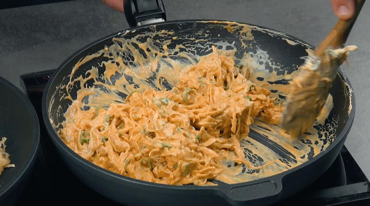 faire cuire le poulet avec les épices et la crème