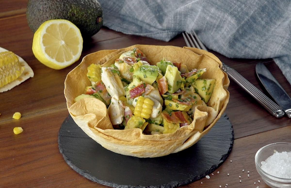 salade d'avocats dans un bol en tortillas