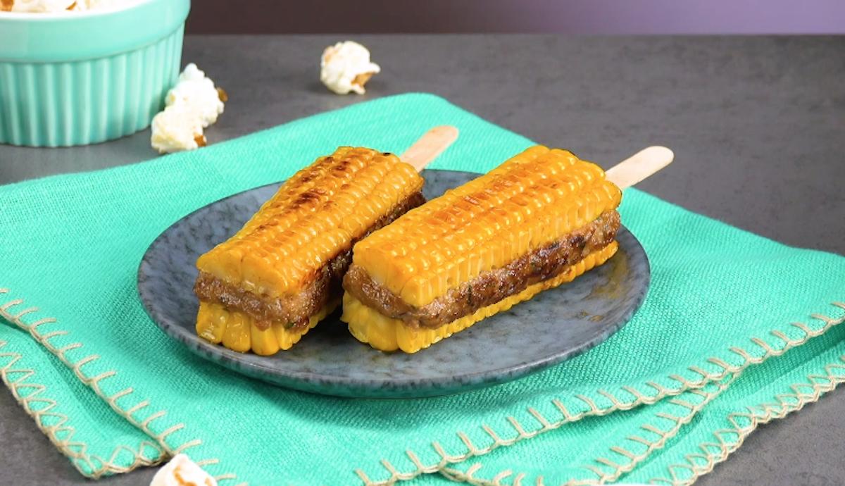 plats avec de maïs sur un bâtonnet
