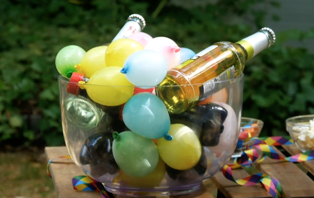 saladier rempli de boissons et de ballons de glace