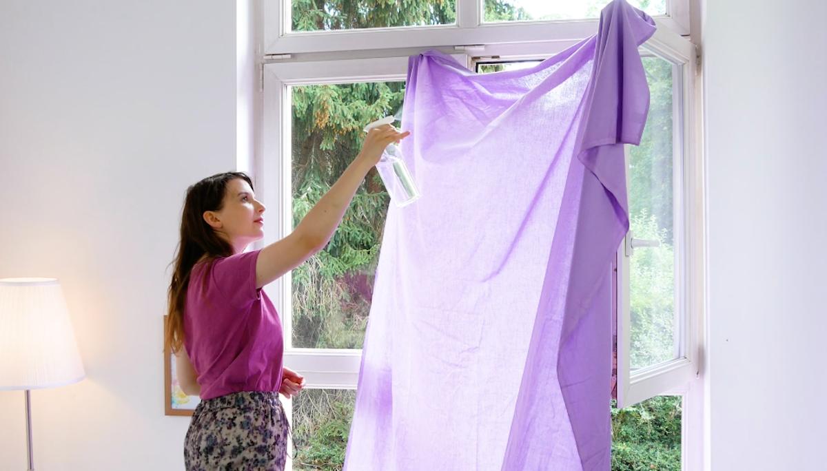 accrocher un drap à la fenêtre et l'asperger d'eau