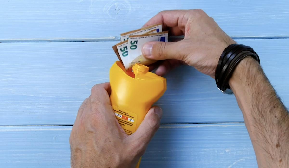 cacher son argent dans une bouteille de crème solaire