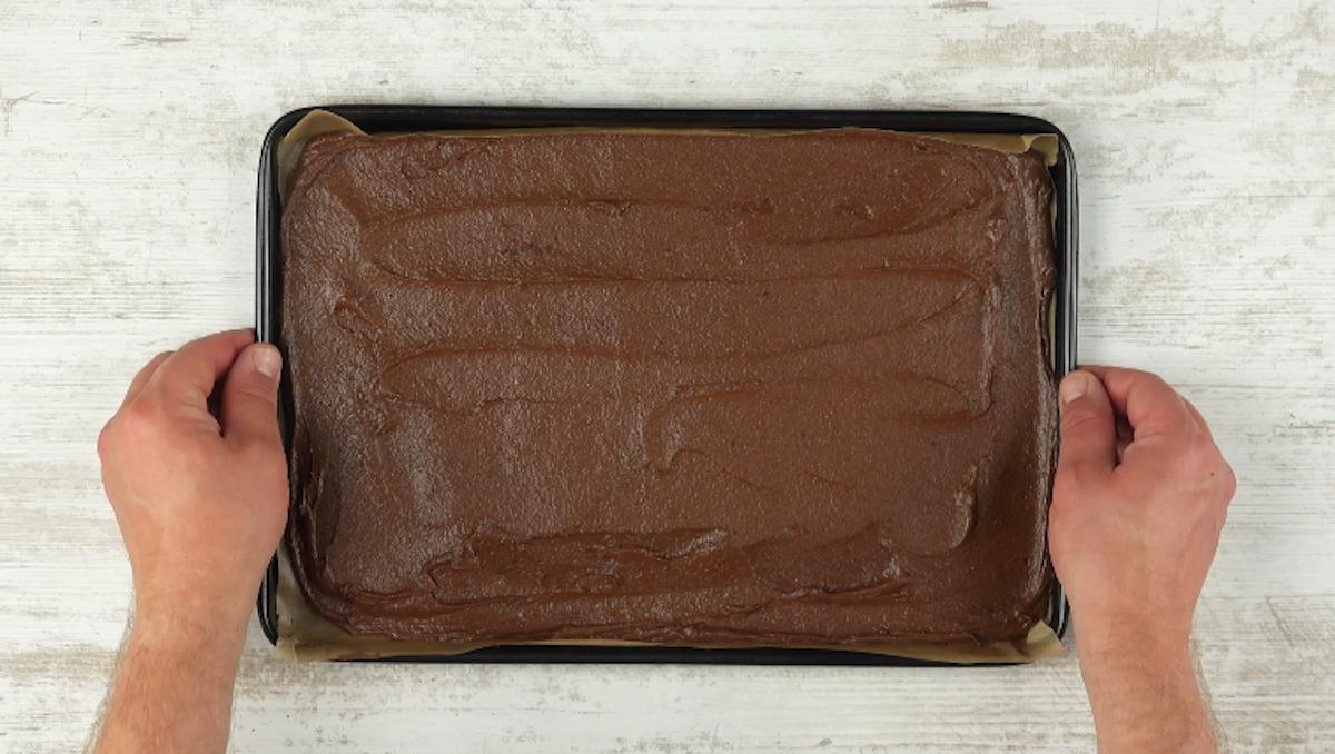 étaler la pâte au chocolat sur un plaque à pâtisserie