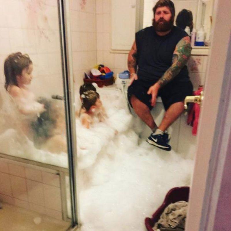 papa et ses enfants dans la salle de bain