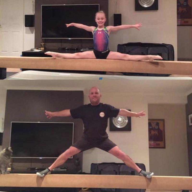 papa et sa fille qui font de la gymnastique
